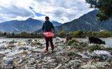 """作为世界瞩目的""""第三极"""",青藏高原被世人称为""""圣洁的雪域""""和""""神圣的雪域"""",每年吸引着大批的游客来到这里观光旅行,伴随进藏人数的增多,垃圾和环保的问题也越来越严重。"""