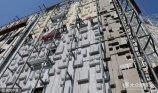 """2017年4月26日,山东潍坊一家商场的奇葩外墙吸引了路人目光。日前,山东省潍坊市区一家商场进行外墙改建,整个外墙采用了不同大小的方块进行装饰,被过往的路人戏称为""""俄罗斯方块""""。"""