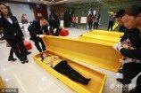 2017年4月27日,重庆石桥铺殡仪馆举行生命之旅――我与生命有个约会开放日活动,邀请多位志愿者参观殡仪馆工作环境和工作流程,让大家躺进棺材体验了一把死亡。