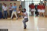 2017年6月20日,安徽安庆师范大学,在学校举行的一场重大活动中,一名摄影师深蹲马步拍照的姿势被现场师生从多个角度偷拍,并被上传朋友圈和QQ空间,不少学生在称赞他敬业的同时也笑称他的姿势很销魂。