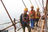 2017年6月19日,天津。他们是城市地标的缔造者,是高空中的行者,在城市的云端终日穿梭。记者用镜头记录他们的生活。