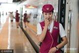 """2017年6月26日,北京。中国标准动车组""""复兴号""""率先在京沪高铁两端的北京南站和上海虹桥站双向首发。复兴号上的高铁乘务员个个颜值出众青春靓丽。"""