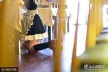 6月26日,青岛,女仆苏挽跪着给客人点菜。19岁的苏挽是山东青岛的一名大学生,今年大一,念的是设计类专业。