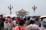 2017年7月5日,青岛,栈桥景区游客众多。暑期来临,青岛迎来了旅游旺季,海滨各大景区每日人流如织,酒店预订量也节节攀升。
