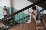 2017年7月5日,在济南一高校楼道里,不少备战期末考试的大学生蹲坐在楼道里备战考试,原本静悄悄的楼道里,却成了大学生们学习的自习室,据了解,为了不挂科,有些大学生临阵突击。