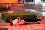 """2017年7月10日,山东省潍坊市,""""露宿者""""在潍坊火车站广场席地而眠。"""