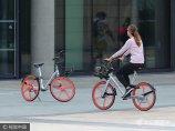 2017年7月3日,英国曼彻斯特,街头越来越多的人开始使用摩拜单车。