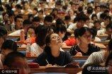 2017年7月20日上午,在山东济南山东会堂内,2000名大学生考研族听一个老师上大课,现场场面十分壮观。
