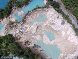 2017年8月10日,四川阿坝,航拍震后的九寨沟景区,著名景点火花海干涸见底,部分海子两岸出现塌方,水面浑浊。