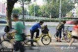 """2017年8月10日,北京。位于北三环蓟门桥附近的北京电影制片厂门口,每天从早到晚都有不少""""路人甲""""聚集在此蹲戏。"""