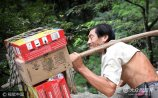 8月15日,山东泰安。高大险峻的泰山上,一名挑山工的身影吸引了众多游客的眼球。这名挑山工叫王怀玉,今年47岁。