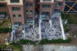 9月7日,山东省青岛市金华路上一小区,该小区3号楼有两户的地下室屋顶被掀掉了,碎石杂乱无章地堆放着屋子里,多数钢筋已被抽走,现场一片狼藉,像是个拆迁现场。