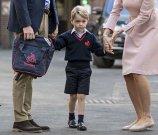 当地时间2017年9月7日,英国伦敦,英国乔治小王子在父亲剑桥公爵的陪同下迎接开学第一天。