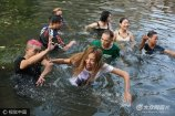 9月9日下午,郑州尬舞团在金水河畔尬舞,一位自称拥有百万粉丝的北京女网红来到郑州为尬舞团呐喊助威。
