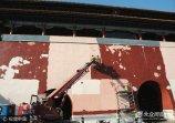 2017年9月18日,北京,工人正在粉刷、修缮故宫端门的城墙。
