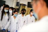"""2017年9月19日,山东青岛一所大学临床医学专业大三的同学们,上了他们入学以来的第一堂局部解剖课,这也是他们第一次见到完整的""""大体老师""""(遗体)。"""