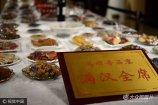 """2017年10月13日,山东潍坊市,一桌特别的宴席亮相昌乐宝石节,一桌""""饭""""全是宝石做成,非常逼真。据了解,这一桌宝石宴价值600万,网友称:只有土豪才吃得起。"""