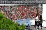 2017年10月18日,山东济南,南门大街附近的下沉广场上,有一面三四米长的许愿墙,上面密密麻麻的挂满了同心锁和各种许愿牌。