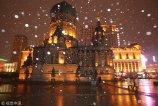 2017年11月9日晚,哈尔滨市天空中飘起雪花,气温也有所下降,落地后的雪融化成水。