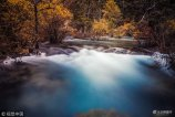 """11月9日,四川阿坝,初冬的九寨沟宛如一个""""调色盘"""",多彩的山峦,泛蓝色的""""海子""""和层叠的瀑布,呈现出令人陶醉的景象。"""