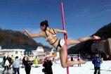 2017年12月3日,河南洛阳,在栾川海拔1700米的伏牛山滑雪场,三名钢管舞美女在冰天雪地上跳起钢管舞,吸引众多民众围观喝彩。