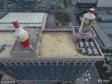 """2017年12月11日,河南郑州,经开区一座写字楼楼顶建造了两个巨大的酒瓶,分别为""""五粮液""""和""""贵州茅台酒""""的造型,其高度达10米,最大直径达5米,由不锈钢材料焊接而成。"""