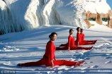 """2018年1月11日,河南洛阳,栾川伏牛山滑雪场,几名美女在雪地上身穿红色的瑜伽服,不畏三九寒天在山顶的冰天雪地里修炼瑜伽,时而""""金鸡独立"""",时而雪地一字马,犹如红梅傲雪绽放。"""