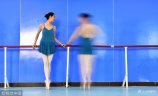 1月13日,郑州。金水区文化馆芭蕾舞团成立于2017年3月,最初共有18名团员,全部是喜欢舞蹈但却没有任何芭蕾舞基础的女士,平均年龄55岁,最大的年龄62岁,这是郑州市以及河南省惟一的一支中老年芭蕾舞团。