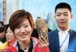 """1月13日,山东威海,第三届乳山(国际)牡蛎文化节重头大戏""""牡蛎争霸赛""""拉开大幕,20多位选手拿着自家的""""巨无霸""""牡蛎上台较量。"""