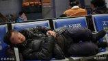 2018年2月5日,济南火车站候车大厅坐满了乘客,漫漫回家路也是让乘客疲惫不堪,很多乘客都在座椅上沉沉入睡,甚至有些乘客在地板上席地而卧。