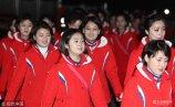 当地时间2018年2月8日,韩国江原道仁济,朝鲜啦啦队队员在下榻地前往餐厅用餐。