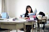 在网络小说界还有很多名不见经传的作家,凭着自己的热爱在网络上续写江湖梦,大学生李梦瑶就是其中之一。