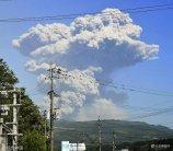 当地时间2018年5月14日,位于日本宫崎县与鹿儿岛县交界的雾岛连山的新燃岳火山再次爆发,火山上空腾起烟雾。