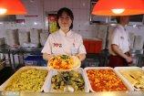 """2018年5月15日,郑州,河南工程学院的学生食堂创新推出了水果系""""黑暗料理"""",""""黄瓜炒香蕉""""、""""西红柿炒菠萝""""等菜肴亮相,迅速在校内蹿红,受到不少学生追捧。"""