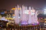 2018年5月16日晚8点,位于济南泉城广场的大型音乐喷泉开始演出,随着音乐的旋律舞动着水柱。