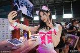 2018年8月5日,各直播平台的高颜值美女主播遍布在上海新国际博览中心的二次元玩家盛典ChinaJoy动漫游戏展做自媒体直播秀,为众多不能亲临现场的宅男小伙伴介绍活动盛况。