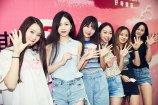 """8月4日,上海,一家淘宝商家给出十万月薪诚聘小胸内衣模特。小胸模特的要求除了罩杯必须A Cup以下,还有25条""""奇葩""""应聘条件,比如要信奉""""胸不平何以平天下"""",还必须是重度社交患者,有自己喜欢的指定滤镜等。"""