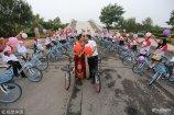"""2018年8月8日,山东东营,由40辆共享单车组成的""""婚车""""车队骑行在垦利城区,他们在马路、街道、公园骑行,成为一道靓丽风景。"""