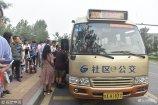 """2018年8月9日,济南,T20通勤巴士正在行驶。该线路的开通将填补济南""""怪坡""""路段不通公交车的空白。"""