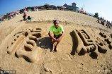 """2018年8月10日,青岛。68岁的陈永立是一位被当地人熟知的青岛大爷,在过去的40年里,陈师傅有时间就去青岛第一海水浴场沙滩上""""练字""""。"""