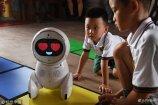 """2018年7月30日,北京,在北京郊区的某教育机构,一个名叫Keeko的机器人正在""""教学""""。"""