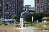 """2018年9月3日,重庆一池塘内,一只巨型""""水龙头""""悬空流水,让人觉得不可思议。"""