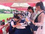 2018年9月2日,济南,山东师范大学迎来2018级新生,在迎新现场,空乘专业的学生身着统一的空乘制服为新生办理报道注册手续,高颜值的他们格外引人注目。