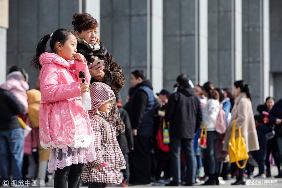 济南:开学临近 学生扎堆博物馆