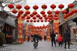 2019年1月31日,山东潍坊市民在红灯笼走廊中穿行。新春将至,山东潍坊街头和旅游景区张灯结彩,到处充满着浓浓的年味。
