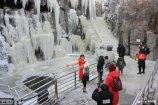 2019年2月11日,游客在山东省烟台市塔山旅游景区观赏冰瀑奇观。