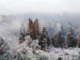 2019年2月11日,世界自然遗产地湖南省张家界武陵源天子山景区赏雪游客络绎不绝,同现的雾凇、冰挂、云海奇观更是让各地游客流连忘返。