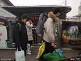 2019年2月12日,济南,山东省艺术类考试即将拉开大幕,00后考生带着画板奔跑在火车站为自己艺术梦想奔跑。