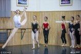 2019年2月15日,济南,在山东艺术学院舞蹈专业考试现场,来自全国各地的考生聚集备考训练室内拉筋热身,秀出婀娜多姿的身材。