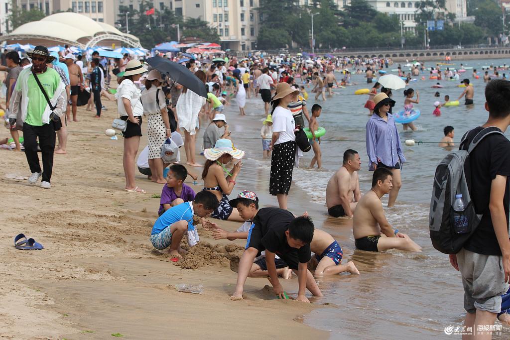 青岛:游客海滨旅游享清凉